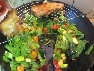 rezept kochen mit dem wok gesund und n hrstoffschonend. Black Bedroom Furniture Sets. Home Design Ideas