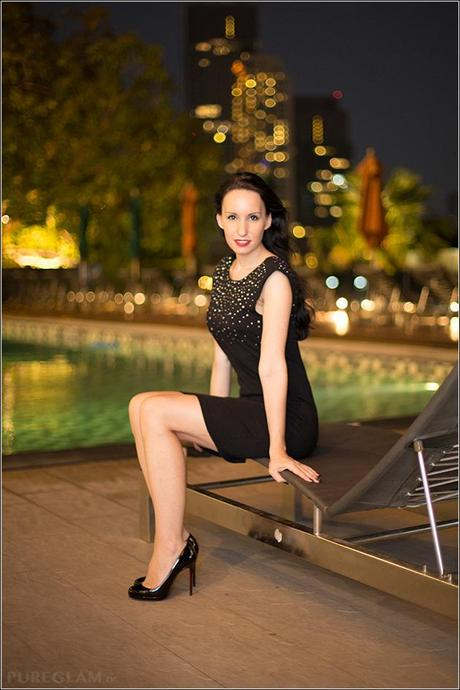 Modeblogger / Fashionblogger with black minidress and Christian Louboutin