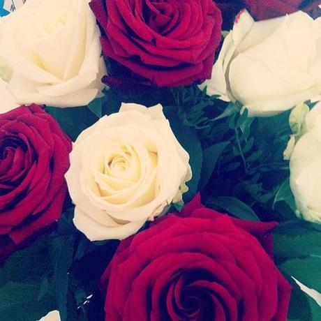 Love waking up and seeing beautiful roses first thing in the morning  #red #white #roses #flowers #decor #interiordesgin #design #interior #blog #blogger #girl #gift #present #goodmorningworld