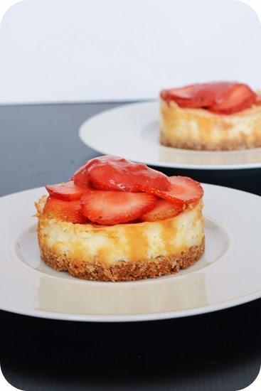 kleine cheesecakes mit erdbeeren. Black Bedroom Furniture Sets. Home Design Ideas
