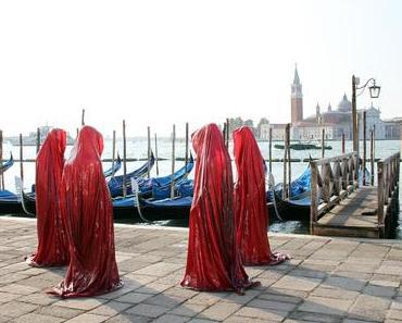 Austrian contemporary sculpture show – Galerie Kunst und Handel – cover faceless guardians by Manfred Kielnhofer- modern fine art figure installation exhibition