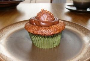 Ferrero Rocher Cupcakes mit einer leckeren Schokoladen-Sirupfüllung
