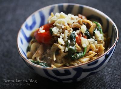 rezept pasta in mohn sahne sauce mit frischem spinat tomaten. Black Bedroom Furniture Sets. Home Design Ideas