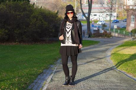 Kleidermaedchen-Jessika-Weisse-Modeblog-Fashionblog-Outfit-Winter-Outfit-Herbst-Outfit-mit-Leggings-Outfit-mit-Rock-Lederjacke-und-Rock-ootd-Outfit-of-the-day-look-1