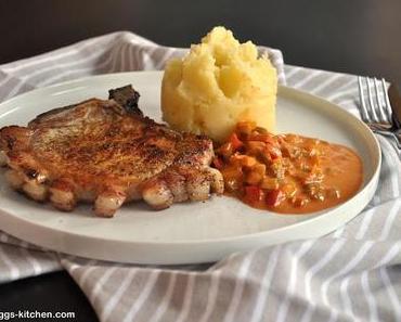 Kotelett mit Paprikasosse und Kartoffel-Apfel-Pü