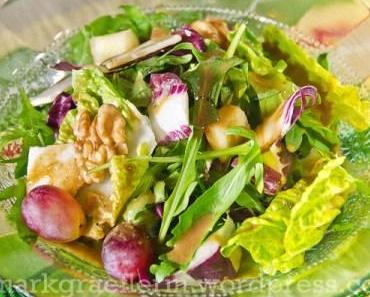 Ein festlicher Treviso-Salat mit Trauben, Walnüssen, Apfel und Parmesan