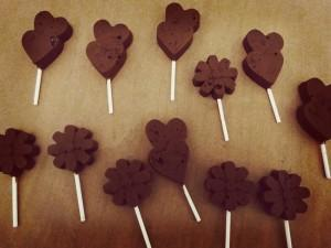 Schoko-Lollies mit Karamell-Crunch