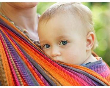 Ein Baby will getragen werden