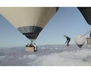Slackline zwischen zwei Heißluftballons gespannt
