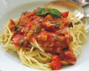 Spaghetti mit Gemüse und Schinken