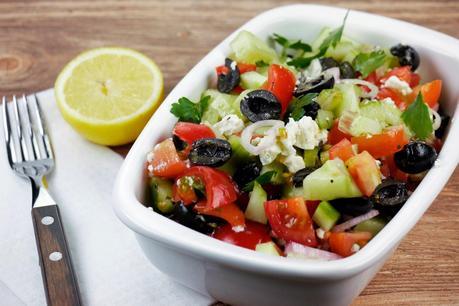 low carb griechischer salat mit tomaten gurken oliven und feta. Black Bedroom Furniture Sets. Home Design Ideas