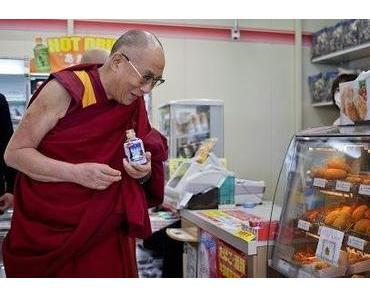 Der Dalai Lama holt sich einen Snack