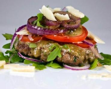 [Low Carb] Brotloser Burger mit Rucola, Parmesandressing, Tomaten und roten Zwiebeln