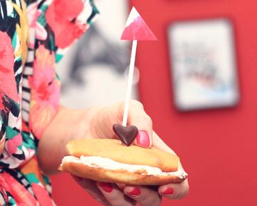 Whoopie-Pies mit Erdbeer-Marshmallow-Fluff und einem Hauch von Rosen.