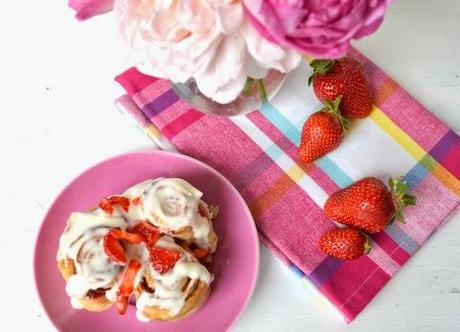 leckere sachen // strawberry cinnamon rolls mit cream cheese frosting