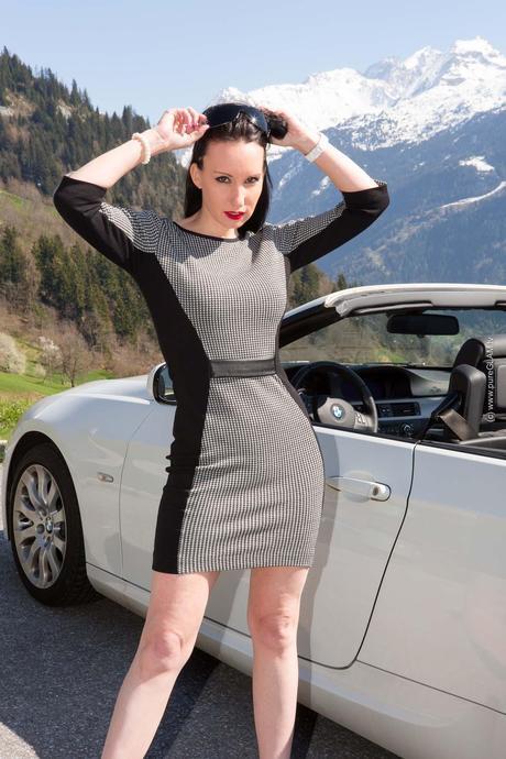 Fashionlook – Business Kleid vor einem Cabrio mit Highheels