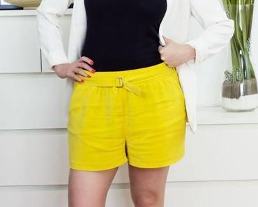Outfit: gelbe Bermuda-Hose & weißer Blazer