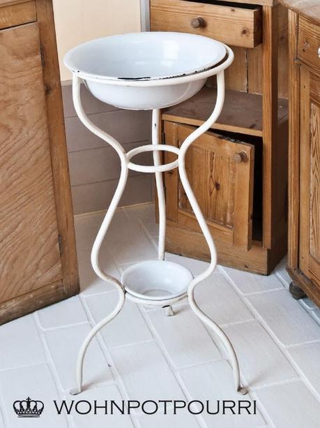 DIY Boden weiß streichen & Shabby Möbel im Österreich Style