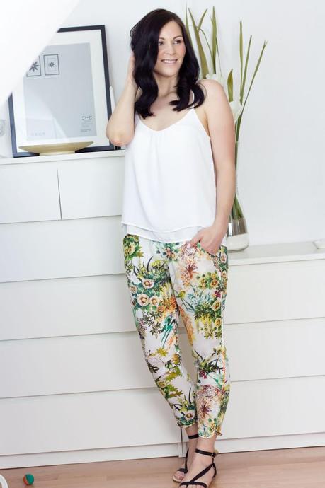 Outfit Wei 223 Es Tr 228 Ger Top Blumen Hose Amp Riemchen Sandalen