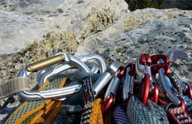 Kletterausrüstung : Frau die mit kletterausrüstung und helm vor stein felsen im