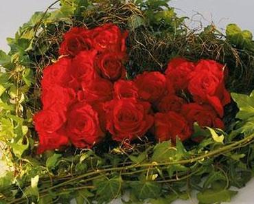 Dekoration Brauttisch: Efeu und rubinrote Rosen