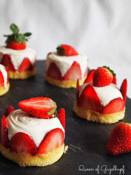 Schön Topfenmoussetörtchen Mit Erdbeeren, Ein Leichtes Dessert Für Den  Valentinstag