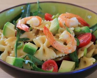 Nudelsalat mit Garnelen und Avocado