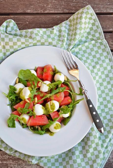 kulinarisches ab auf den balkon mit melonen mozarella salat und selbstgemachtem pesto. Black Bedroom Furniture Sets. Home Design Ideas