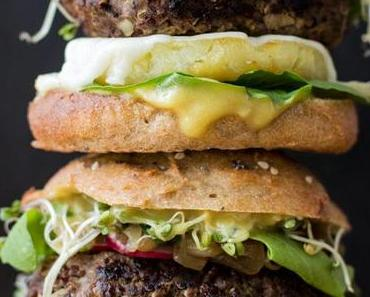 Burger Two Ways mit karamellisierten Zwiebeln & veganer Mayo (healthy secrets)