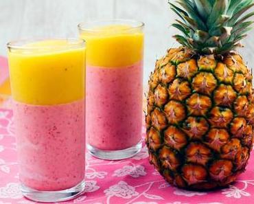 Sommer im Glas - Zweifarbiger Erdbeer-Mango-Bananen-Smoothie mit Kokosmilch