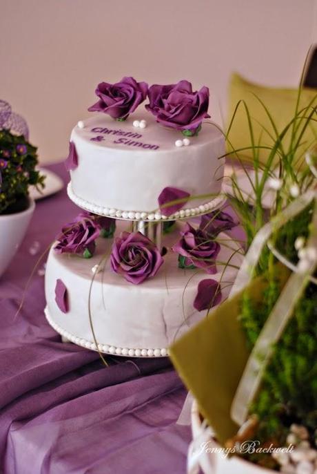 hochzeitstorte dieses mal eine zweist ckige mit lila rosen. Black Bedroom Furniture Sets. Home Design Ideas