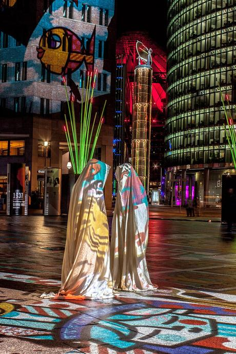festival-of-lights-potzdamer-platz-berlin-germany-guardians-of-time-manfred-kielnhofer-waechter-der-zeit-contemporary-light-art-sculpture-8116