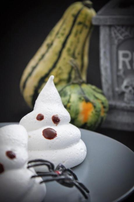 s e halloween snacks geister aus baiser meringue. Black Bedroom Furniture Sets. Home Design Ideas