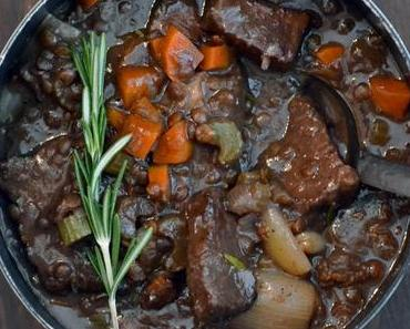 Geschmortes Rindfleisch in Rotwein mit Puy-Linsen und Selleriepüree