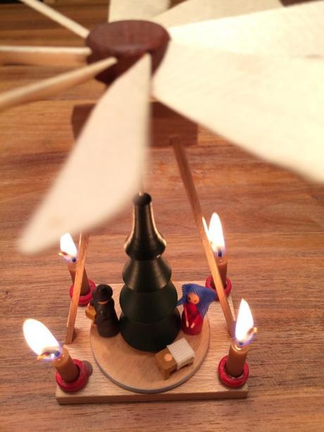 advent advent ein lichtlein brennt weihnachtspyramiden und drehlichter. Black Bedroom Furniture Sets. Home Design Ideas