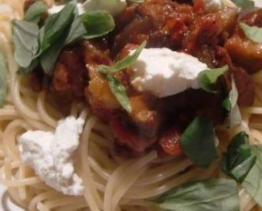 """Ein Klassiker, aber immer wieder lecker: Die würzige """"Pasta alla Norma"""" von Jamie Oliver"""