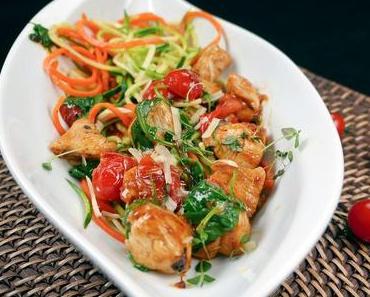 [Low Carb] Bunte Gemüsenudeln (Zoodles) mit Rucola, Hähnchen und Kirschtomaten