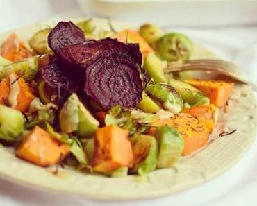 Bunter Rosenkohl & Süßkartoffel-Teller mit Rote Beete Chips