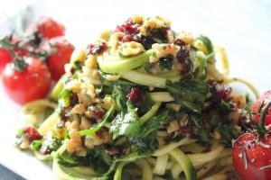 Zucchini-Nudeln mit Rucola-Walnuss-Pesto