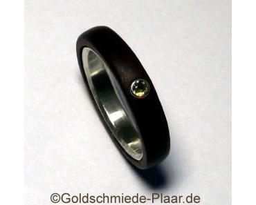 Ring aus Holz mit Demantoid
