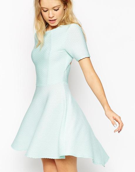 Kleid zeigt ein bisschen zu viel Spaltung