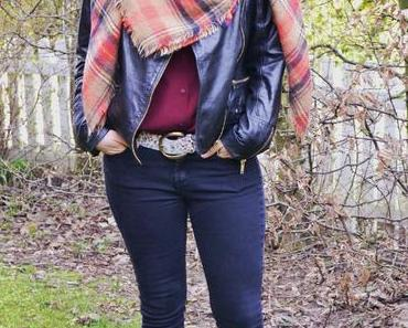Outfit: Lederjacke und Picknickdecken-Schal