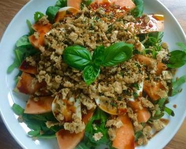 Melonensalat mit Mozzarella und Knuspertopping