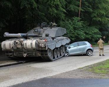 Autounfall Augustdorf – Junge Frau kollidiert mit Panzer